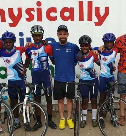 Victor Campenaerts wint in Namibië en schenkt premie aan goede doel