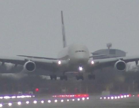 Het grootste passagiersvliegtuig ter wereld doen landen in een storm? Dat doe je zo