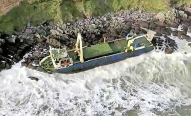 Spookschip slaat te pletter op rotsen door storm Dennis