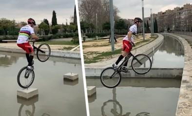 Wereldkampioen die in de voetsporen trad van Kenny Belaey daagt het water uit met zijn fiets en blijft als bij wonder droog