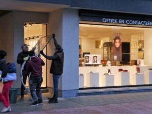 Inbrekers wurmen zich met speciale kledij optiekzaak binnen en stelen honderden exclusieve merkzonnebrillen