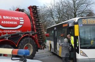 Lijnbus botst tegen landbouwvoertuig