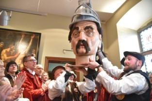 Reus Goliath pronkt met nieuw houten hoofd