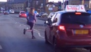 Rij-instructeur vermijdt nipt zware botsing met tiener dankzij ultiem uitwijkmanoeuvre