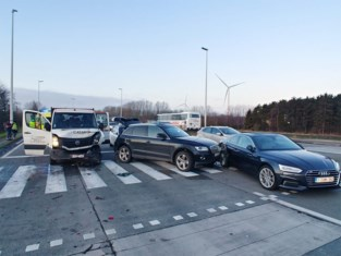 Ongeval met vier auto's: Kennedylaan helemaal vast