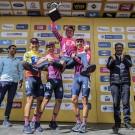 Caicedo, Higuita en Martinez hijsen Rigoberto Uran de lucht in na de eindzege in de Ronde van Colombia. Hun geinige kousjes hebben ze van de hippe kledijsponsor Rapha.