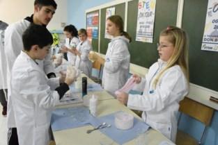 Laatstejaars geven zelf les over 'slijm maken' en andere keicoole wetenschappelijke technieken