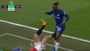 Auwch! United-kapitein Harry Maguire ontsnapt aan rood na trap recht in kruis van Michy Batshuayi