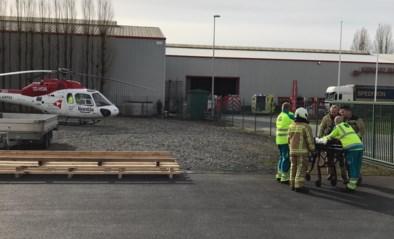 Arbeider zwaargewond aan benen nadat hij 1.500 kilo ijzerplaten op zich krijgt