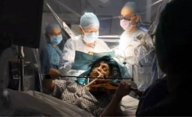 Vrouw speelt viool tijdens hersenoperatie