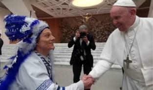 Met Buffalo-pluimen bij de Paus