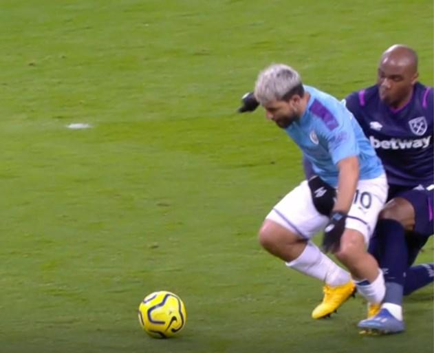 Agüero mist grote kans nadat verdediger in zijn kruis grijpt maar Kevin De Bruyne zet het recht met assist en goal