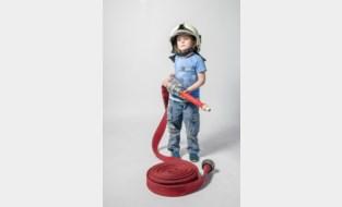 De brandweer, uw vriend, komt met leuk initiatief: originele communiefoto's bij brandweerauto