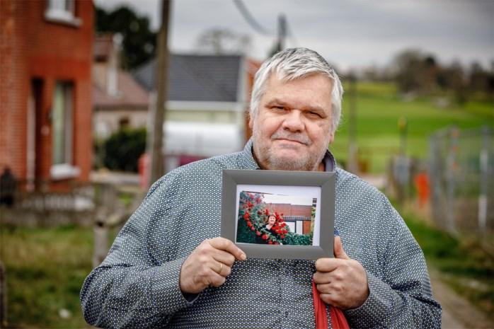 """Philippe (57) gaat nooit de deur uit zonder ingekaderde foto van zijn overleden vrouw. """"Vroeger gaven we elkaar elke dag een kus. Nu nog steeds: ik kus het fotokadertje"""""""