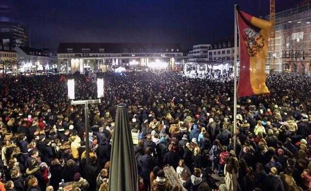 Kaarsen, foto's en tranen: duizenden mensen houden wake in Hanau