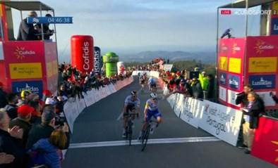 """Remco Evenepoel wint in de Ronde van de Algarve en toont gouden hart: """"Deze zege is voor Nikolas Maes en zijn vrouw"""""""
