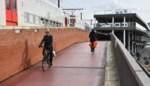"""Glad wegdek aan fietsbrug blijft slachtoffers eisen: """"Er zijn foute materialen gebruikt"""""""