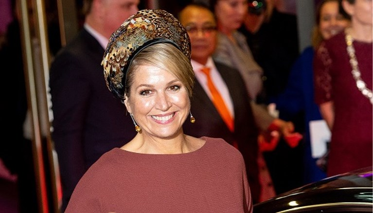 ROYALS. Koningin Máxima zet opvallende hoed op, de Queen deelt geheimpje