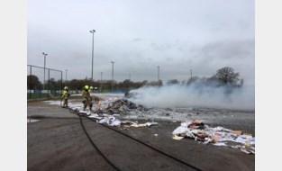 Vuilniswagen dumpt net op tijd brandende lading papier en karton