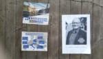 Oudere man verspreidt affiches waarop hij schepen uitscheldt