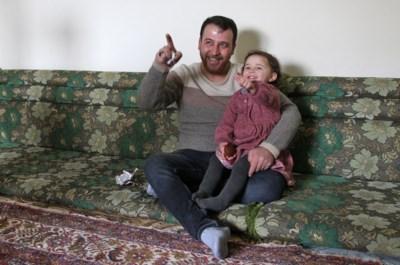 Het verhaal achter de tragische lach: waarom Syrische vader dochtertje in veelbekeken filmpje doet lachen tijdens bombardement
