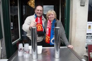 Engelse fans zien optocht naar stadion in het water vallen
