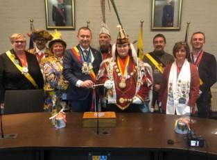 Prins Carnaval heeft de sleutel van het gemeentehuis