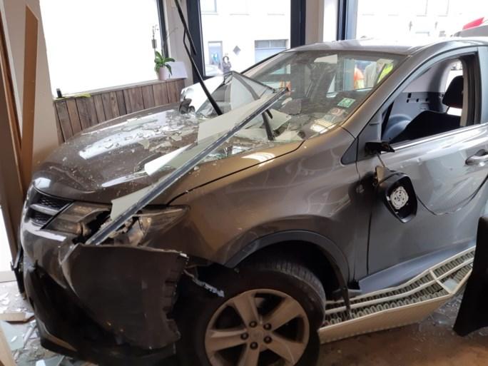 """Auto boort zich in gevel nagelstudio: """"Geluk gehad dat we boven zaten"""""""