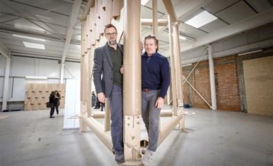 """Deze toren krijgt 500 jaar later dan toch zijn 70 meter hoge spits…. van karton: """"Wij gaan voor een wereldrecord"""""""