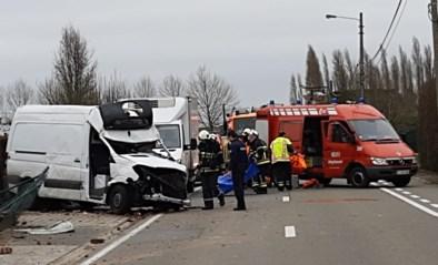 Collega's proberen elkaar in te halen en crashen met bestelwagens