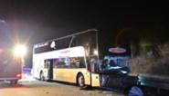"""Dode en zwaargewonde nadat spookrijder Belgische bus ramt: """"Auto reed met gedoofde lichten in volle vaart in op de bus van papa"""""""