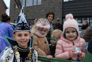 Jeugdprins Jesse 1 viert met leerlingen De Knipoog carnaval in dorpscentrum van Rummen