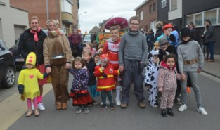 Kouterschool viert carnaval met stoet en wafels