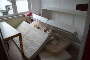 """Huisvesting vluchtelingen in Appeltanswoning blijft vragen oproepen: """"Afvalzakken rotten in de keuken, toilet voor mensen met niet te veel gêne"""""""