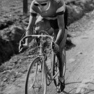 <P>Zondag 14 maart 1948: FAUSTO COPPI is de grote ster van deze Omloop Het Volk. De eerste edities was het eerder een nationale wedstrijd. De 'campionnissimo' wint de Omloop op voor hem onbekende wegen, maar omdat hij bij de tweede bandbreuk een wiel heeft gekregen van René Walschot, wordt de Italiaan gedeclasseerd. Coppi heeft zijn ereronde er al opzitten wanneer Sylvain Grysolle als winnaar wordt uitgeroepen. </P>