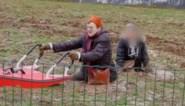 Benarde situatie: brandweer bevrijdt Limburgse wandelaars die tot hun middel wegzakten in zinkput
