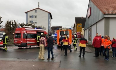 Auto rijdt opzettelijk in op carnavalstoet in Duitsland: 30 gewonden