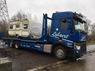 Roma-caravandorp met verhuiswagens verplaatst naar nieuwe site