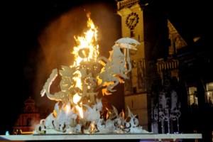 Vuur krijgt geen vat op pop: brandversnellers nodig om carnaval af te sluiten