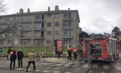 Bewoner gewond bij zware brand, oma en kindjes van balkon gered
