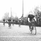 <P>Zondag 5 maart 1950: ANDRÉ DECLERCK wint gemakkelijk de sprint van een kopgroep nadat de Omloop Het Volk voor het eerst over de Muur van Geraardsbergen trekt. Albert Wauters grabbelt daar de premie mee die de ontdekker van de Muur, Jérôme Stevens, daar geeft. In Ninove stapt hij prompt af en duikt een café binnen waar hij iedereen trakteert. </P>