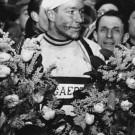 <P>Zondag 11 maart 1951: JAN BOGAERTS krijgt voor de tweede keer de indrukwekkende bloemenkrans. Hij won ook de allereerste Omloop Het Volk zes jaar eerder.</P>