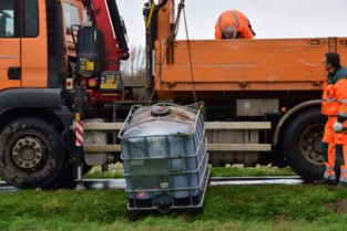 Mysterieuze containers gedumpt in gracht