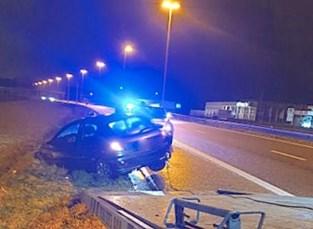 Auto belandt in berm naast snelweg
