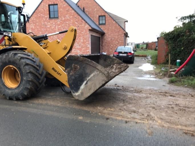 Tractor verliest berg kleigrond in Kortemark: weg over meer dan kilometer besmeurd