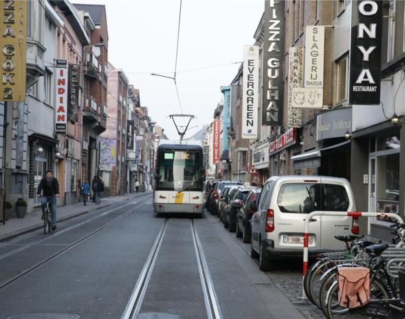 """In deze drukke straat rijdt tram plots veel vlotter: """"En onze oplossing is ook nog eens goed voor horeca en voetgangers"""""""