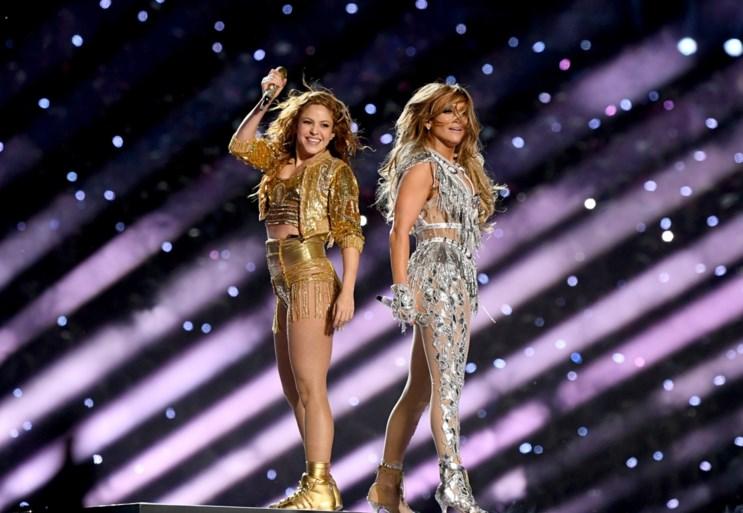 """Meer dan 1.300 klachten na show van Shakira en Jennifer Lopez op Super Bowl: """"Gesimuleerde orgieën, strippen… dit was randje pornografie"""""""