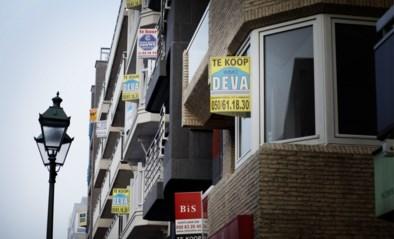 """Knokke-Heist wil af van de immoborden aan de gevels: """"Het lijkt wel alsof de hele gemeente in uitverkoop is"""""""