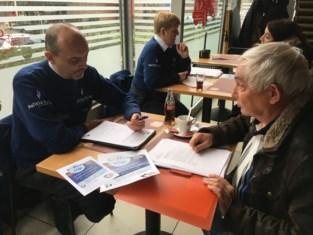 """Wijkagent ontvangt buurtbewoners op café: """"En de rekening is voor ons"""""""