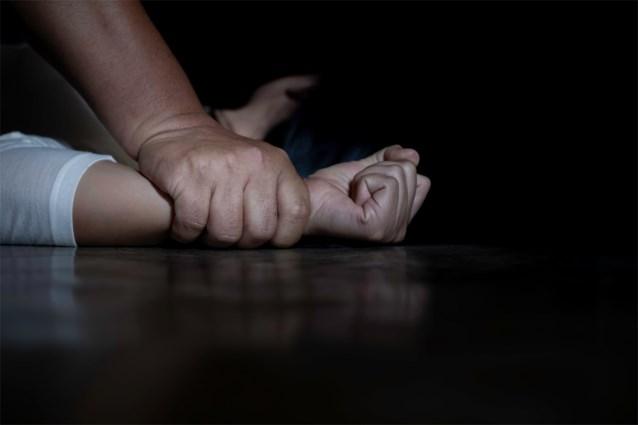 """Acht jaar cel voor verkrachter die slachtoffer in haar eigen woning hele nacht verkrachtte: """"Tussendoor snoof hij cocaïne"""""""